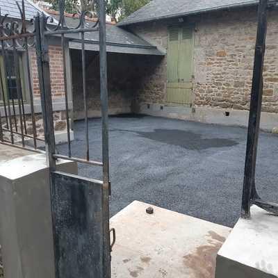 Réfection de muret avec joints à la chaux et béton drainant noir dans la cour fermé Chantier St Lunaire