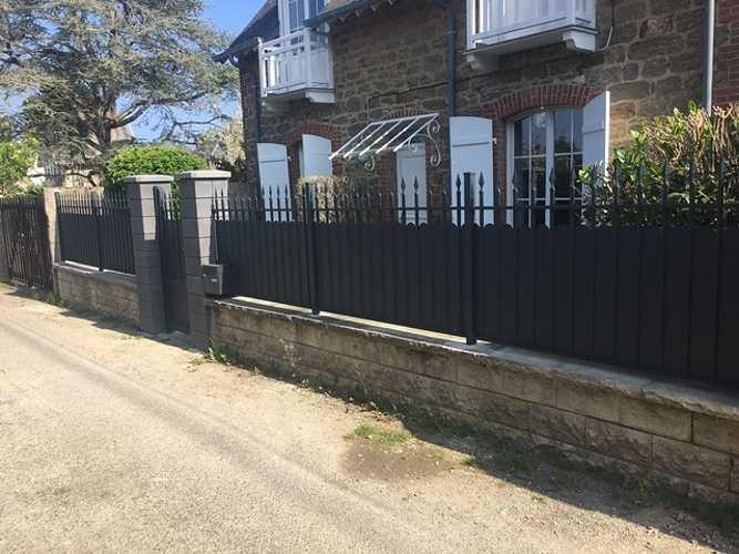 Pilier de cloture béton et terrasse bois pour rénover cette maison en pierre princ75px0rapprincipalgrande